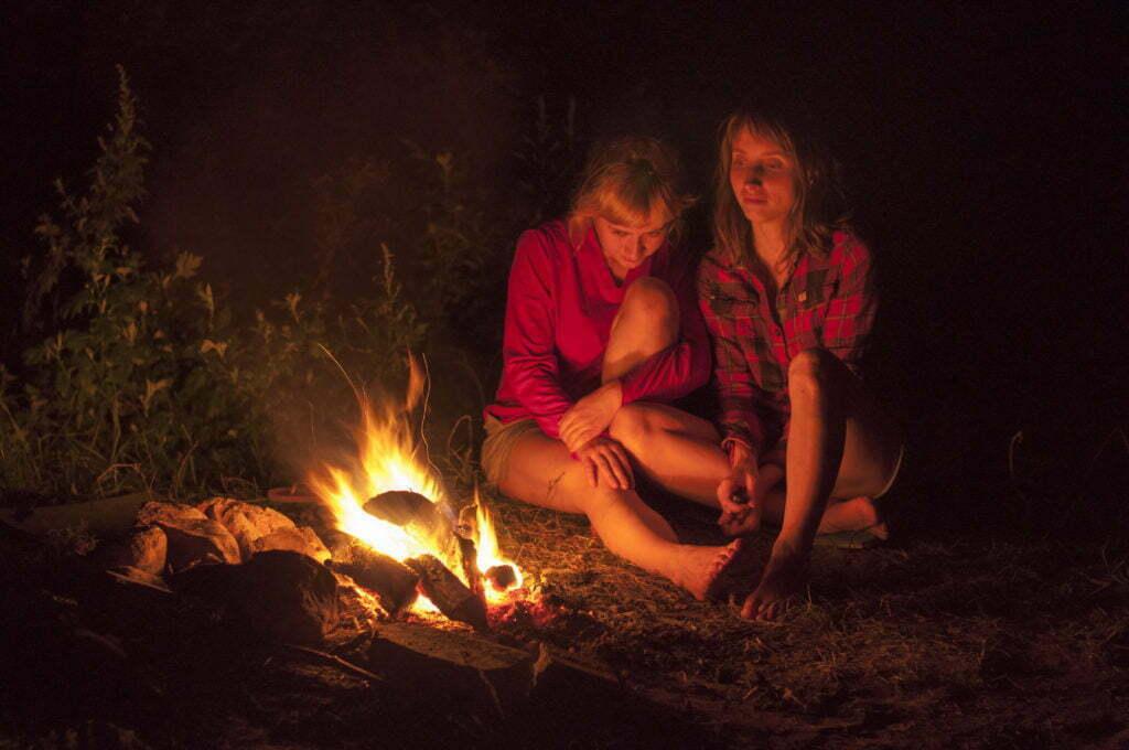 Общение у ночного огня в походе